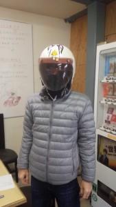 ヘルメットをよく見れば黄金のマスク(キン肉マン)のステッカーが貼ってある。